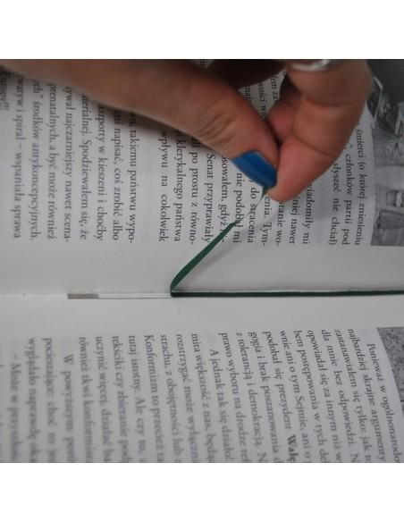 Wklejanie magnetycznego paska pomiędzy stronicami książki