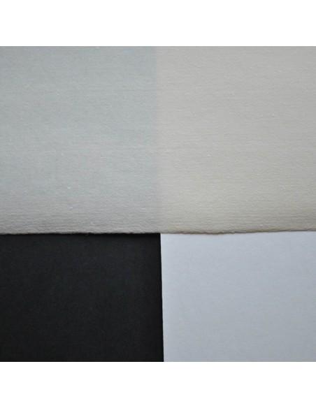 Papier ręcznie czerpany na białym i czarnym tle
