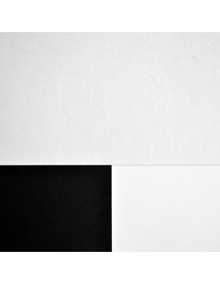 Papier japoński Tairei na tle białego i czarnego kartonu